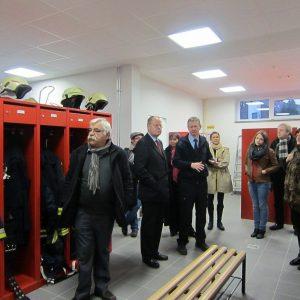 Carsten Schlipköter (3.v. li.), Chef der Haaner Feuerwehr, zeigt  Peer Steinbrück (2. v. li.) und Mitgliedern der Haaner SPD das neue Feuerwehrgebäude, Foto: W.Drennhaus