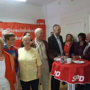 Angeregte Diskussionen führte SPD-Landtagskandidat Manfred Krick beim1. Mai-Frühstück der Haaner SPD