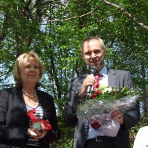 Manfred Krick verteilt rote Rosen zum Muttertag in Haan. Hier überreicht er einen Blumenstrauß an Hannelore Kraft..