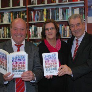 SPD-Kreisgeschäftsführer Peter Zwilling, Kreisvorsitzende Kerstin Griese und Ex-MdB Uwe Holtz bei der Buchvorstellung