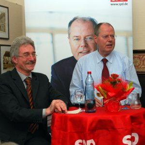 locker und mit typisch hanseatischem Humor diskutierte Peer Steinbrück rund zwei Stunden mit den Gästen des politischen Stammtischs der Haaner SPD